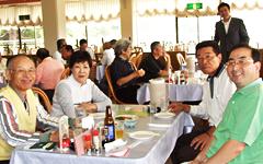 昼食をとりながら交流を深める参加者たち