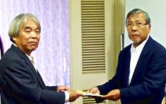 唐下会長(左)と宇部交通安全協会 高橋会長(右)